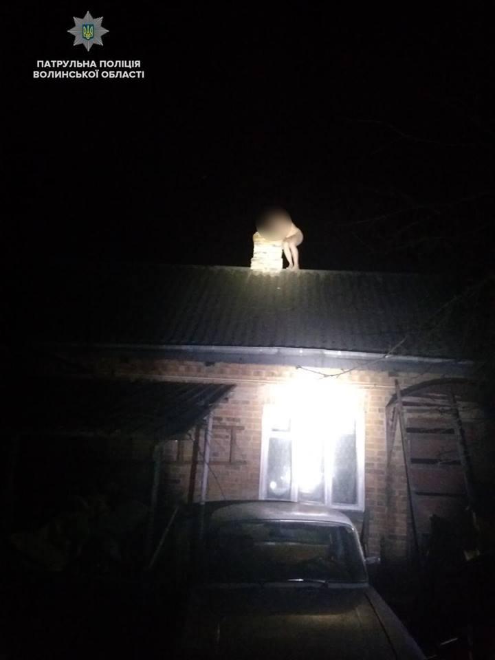 У Луцьку голий чоловік хотів стрибнути з даху