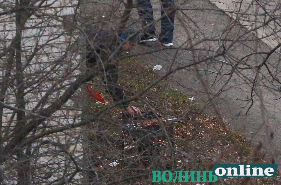 Нелегальний шашлик: у Луцьку чоловіки смажили м'ясо під вікнами багатоповерхівки. ФОТО