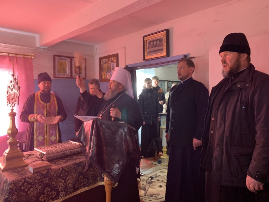 Митрополит Володимир молився з прихильниками Московського Патріархату у старій хатині