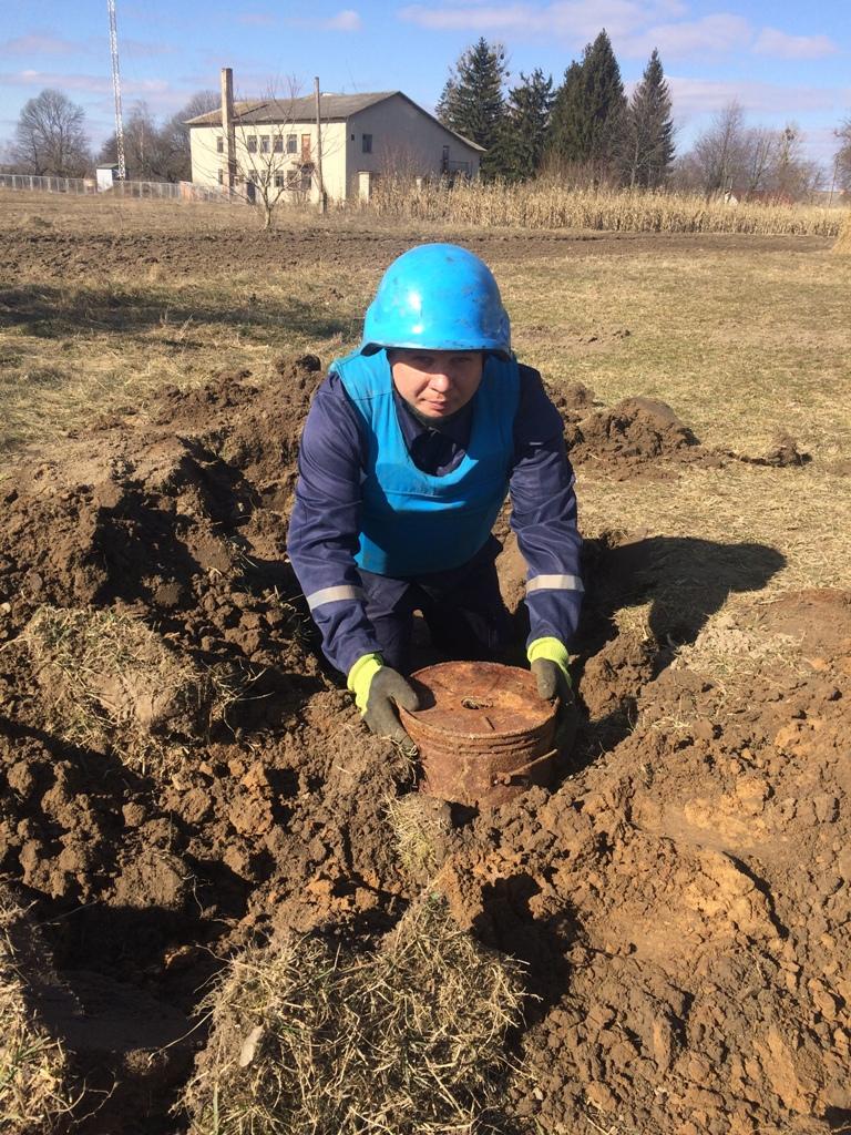 Волинянин викопав у себе на городі міни та гранату. ФОТО