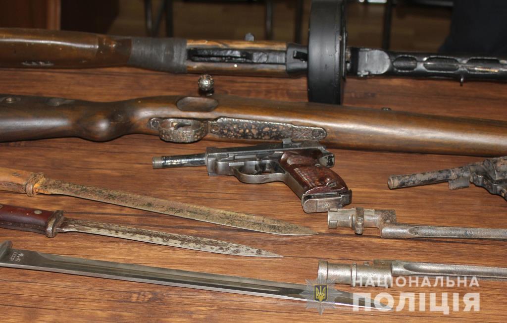 У Луцьку поліцейські передали в музей, вилучену в правопорушників, зброю. ФОТО