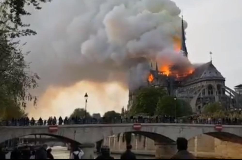 МВС Франції повідомило, що пожежники можуть не врятувати Нотр-Дам