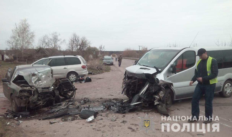 На Волині мікроавтобус зіткнувся з легковиком, водій загинув. ФОТО