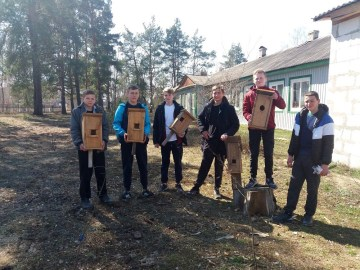 Діти та лісівники заохочують пернатих оселитися у волинському лісі