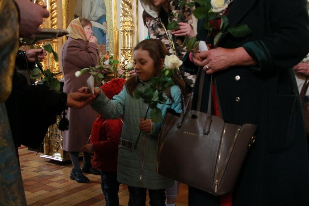 Владика Михаїл дарував у храмі квіти для жінок