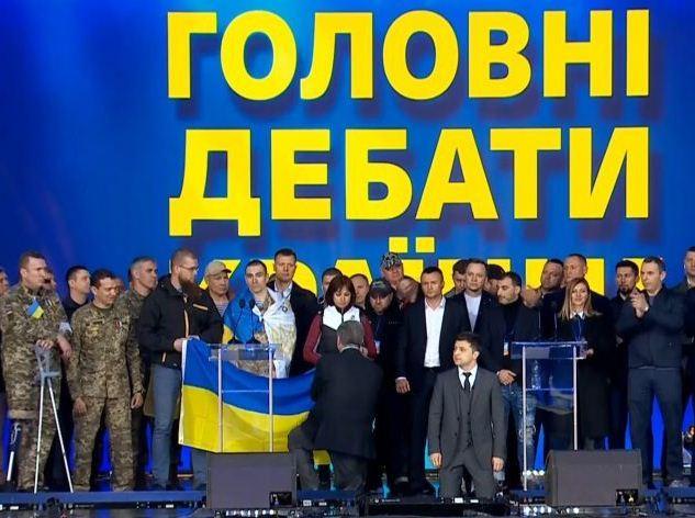 Зеленський та Порошенко дискутували про відрубані руки та ставали на коліна