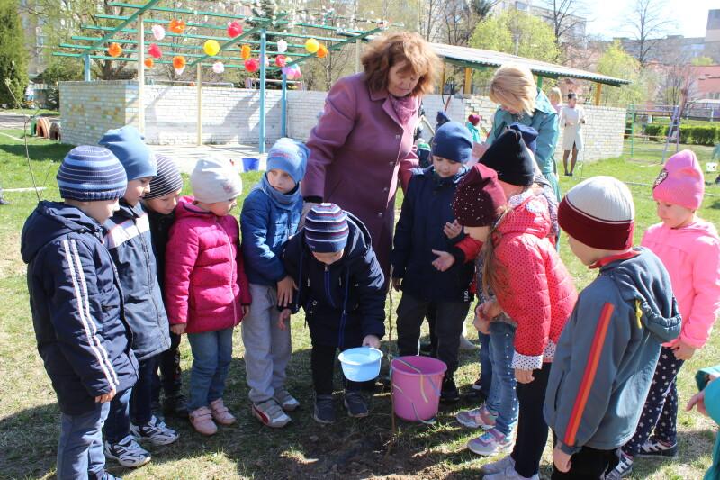 Луцькі дошкільнята посадили фруктовий сад. ФОТО