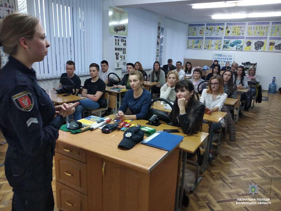 У Луцьку патрульні навчали майбутніх водіїв правил дорожнього руху. ФОТО