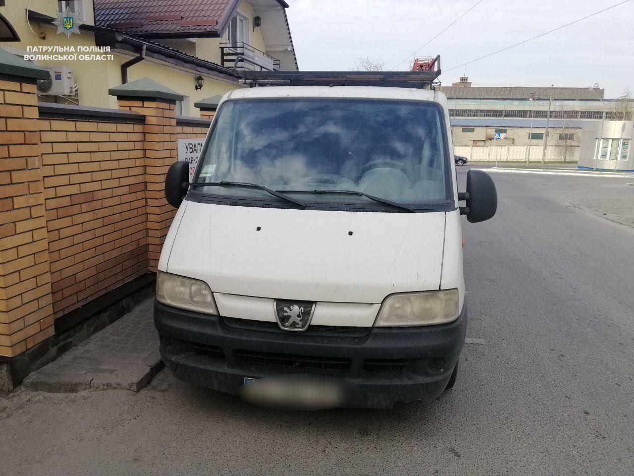 У Луцьку нетверезий кермувальник наїхав на припарковане авто. ФОТО