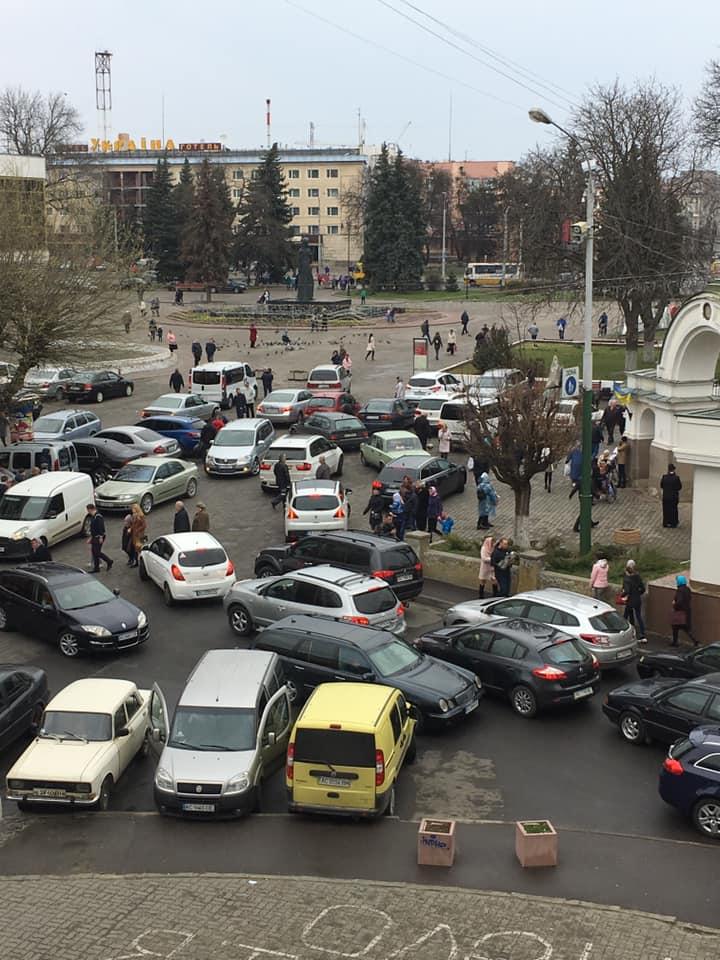У Луцьку влаштували стихійну парковку біля храму