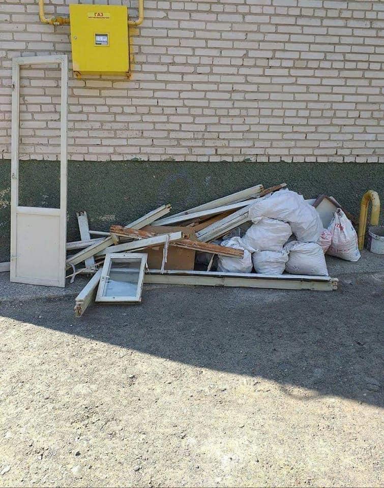 Лучани складають купи сміття на вулицях міста. ФОТО