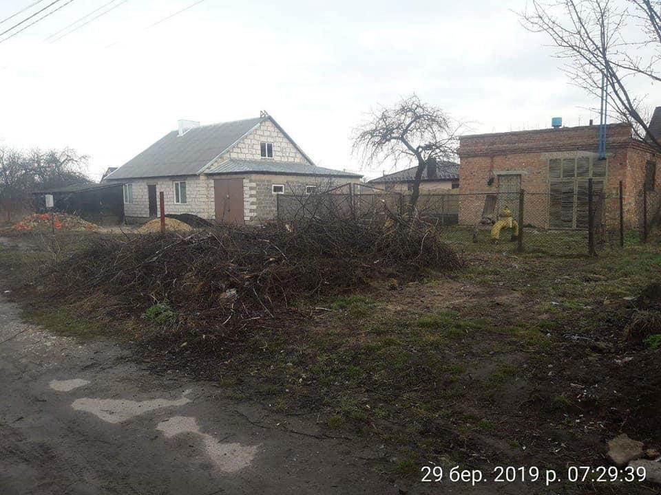 Працівники «Волиньгазу» залишили купи гілля після весняного кронування дерев