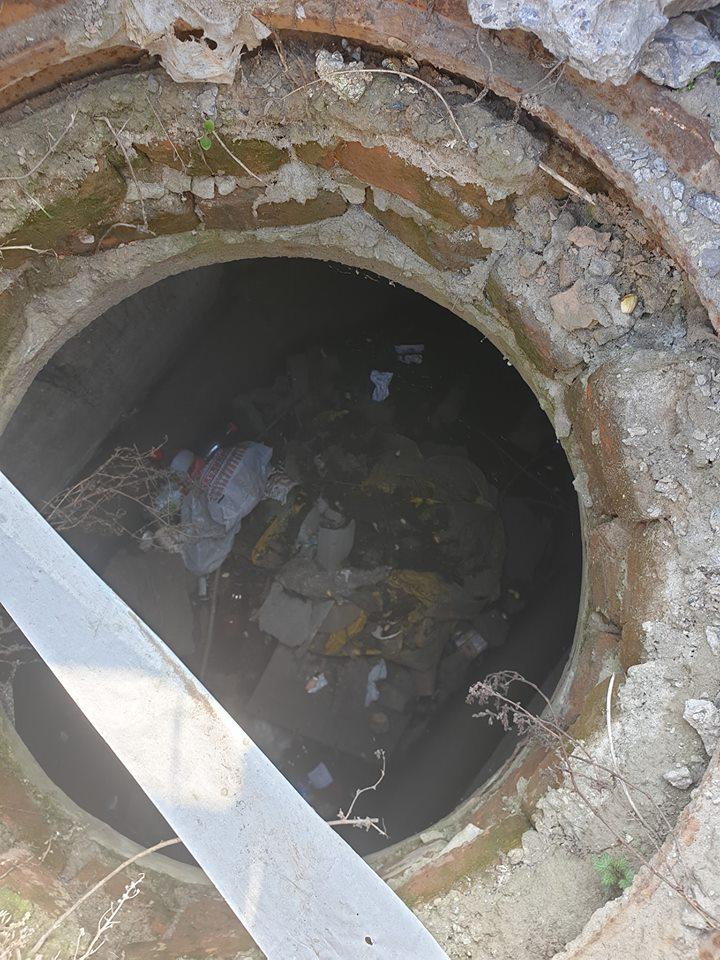 У Луцьку каналізаційний люк закрили шиною. ФОТО