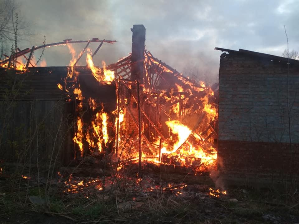 Поблизу Луцька горить приміщення колишня контора. ВІДЕО