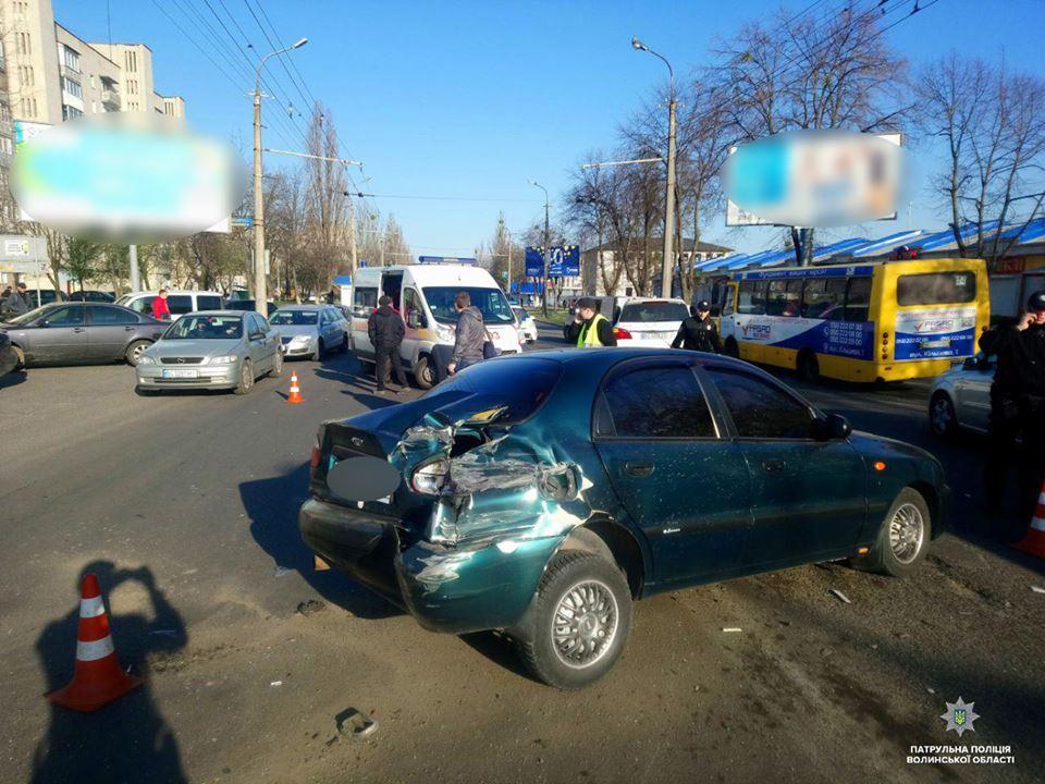 У ранковій ДТП у Луцьку постраждав водій та його однорічний син