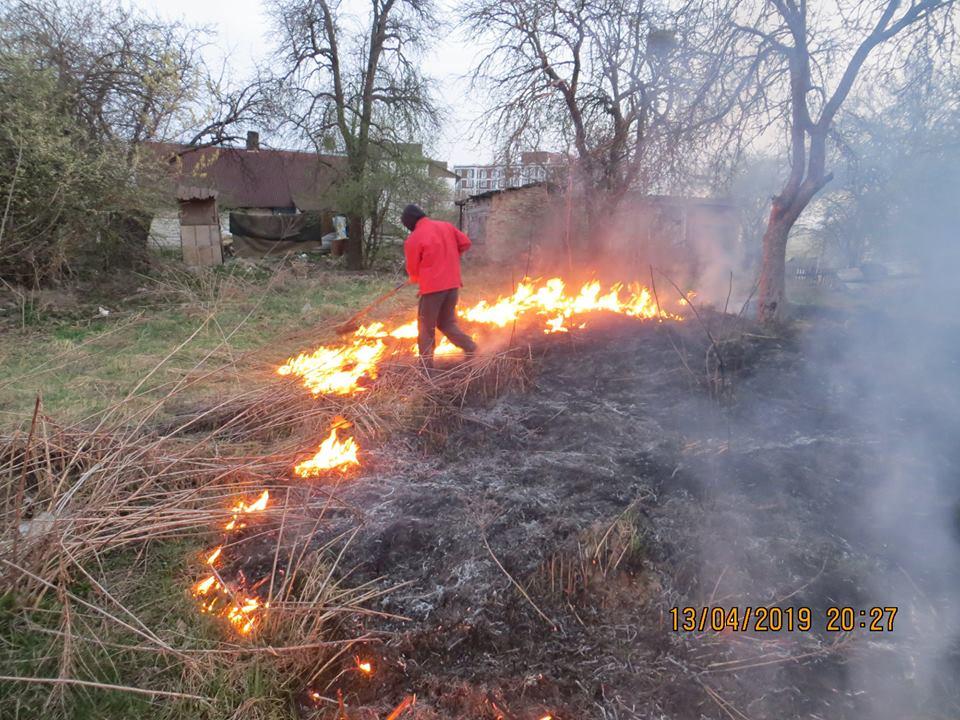 У Луцьку люди через траву ледь не спалили сусідам хату. ФОТО