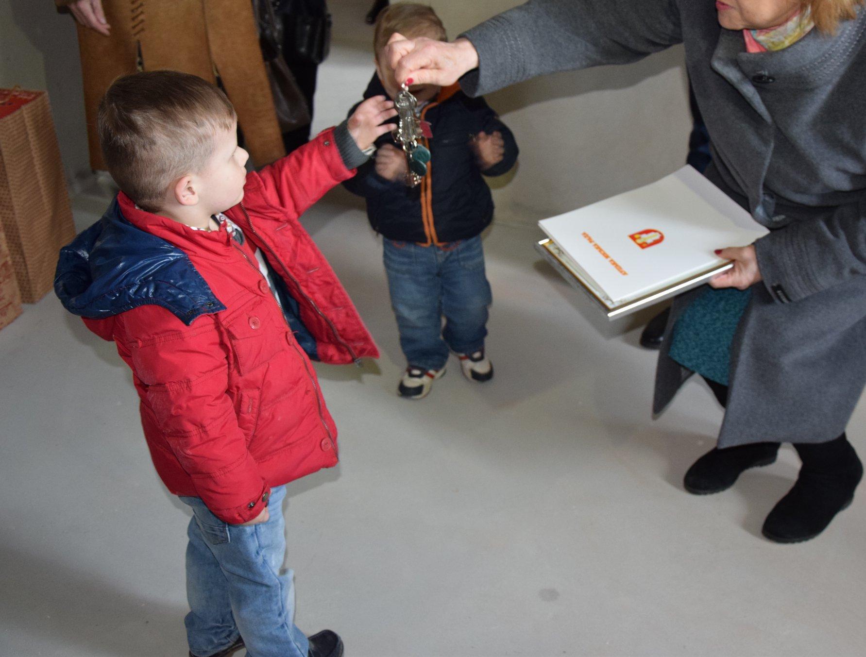 Маленькі лучани, які втратили батьків, отримали ключі від квартири. ФОТО