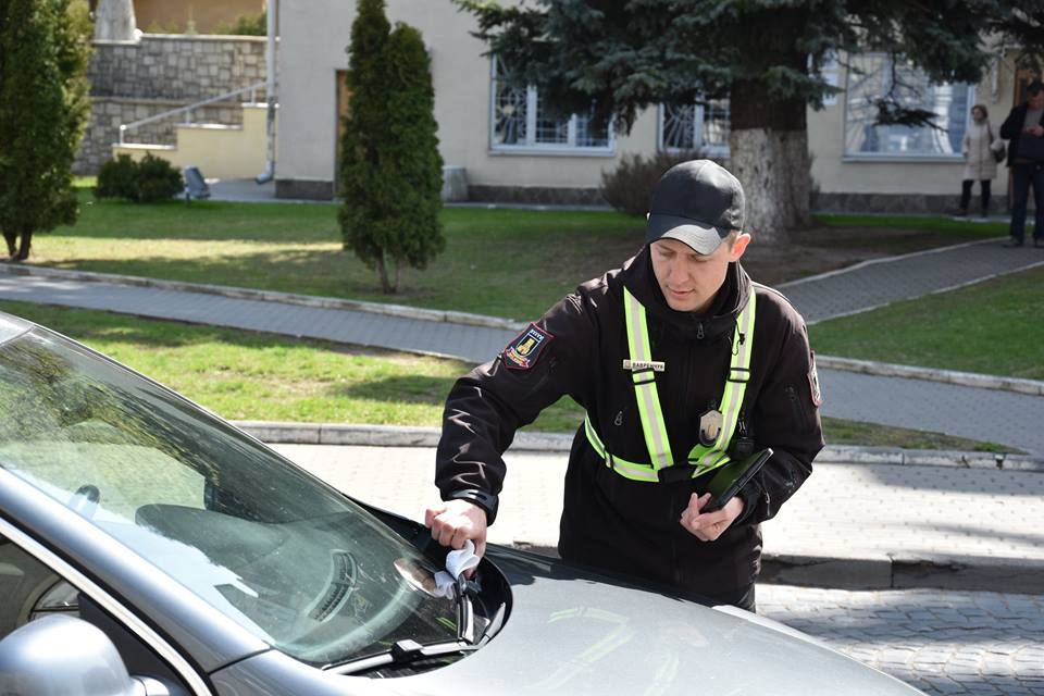 У Луцьку розпочали роботу перші інспектори з паркування. ФОТО
