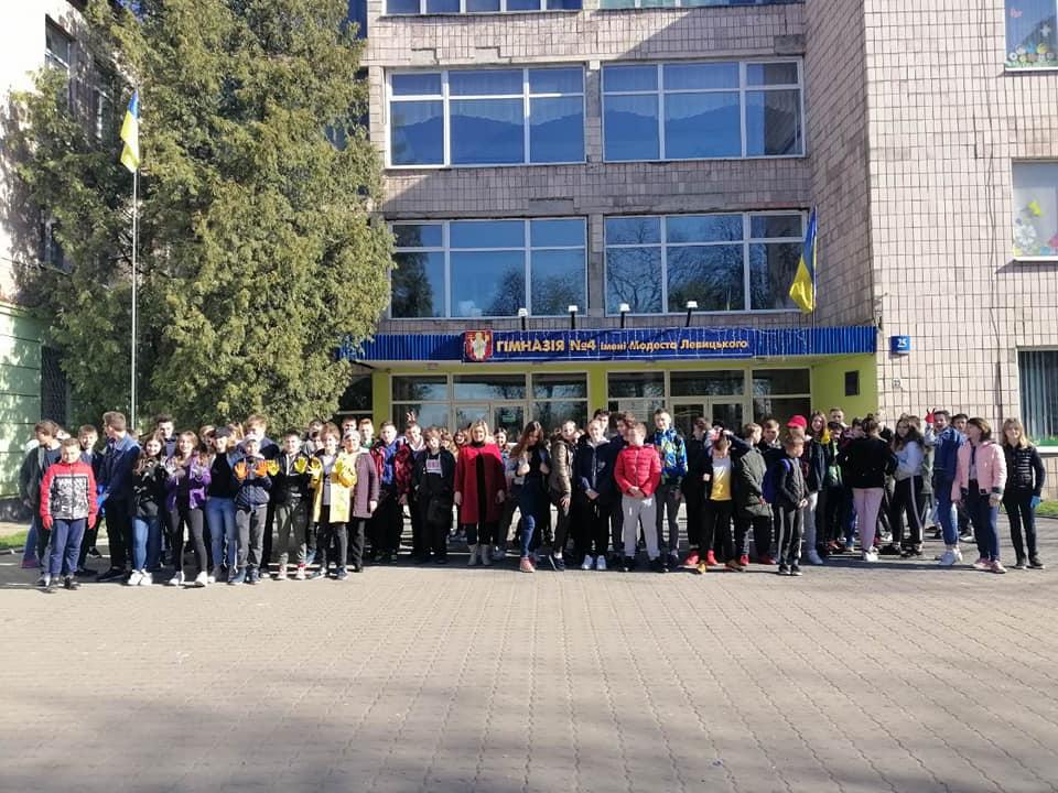 Луцькі гімназисти та студенти долучилися до весняної толоки в парку міста. ФОТО