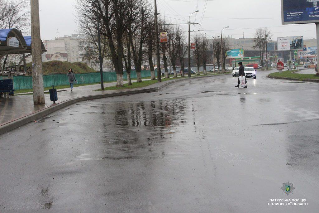 У Луцьку пішоходів навчали правильно переходити дорогу. ФОТО