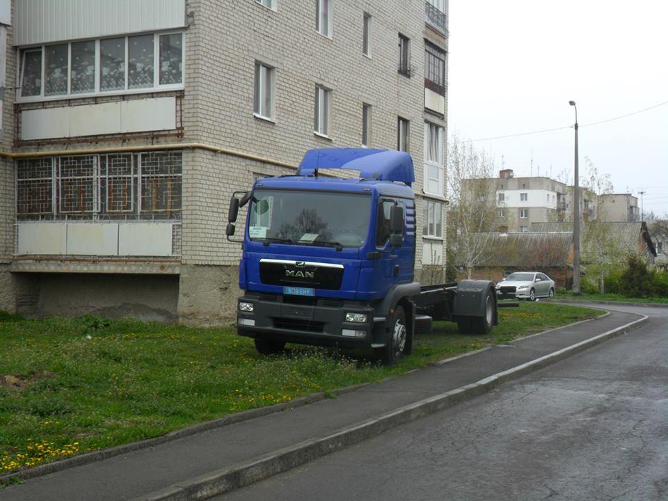 У Луцьку водій припаркував автомобіль на газоні під вікнами сусідам