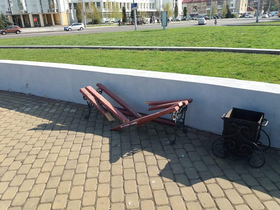 У Луцьку на Київському майдані вандали потрощили лавочку