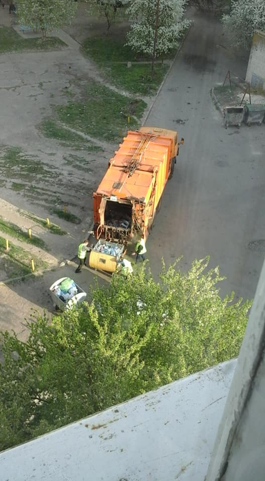 Лучанин нарікає, що контейнери із роздільним сміттям висипають в один сміттєвоз