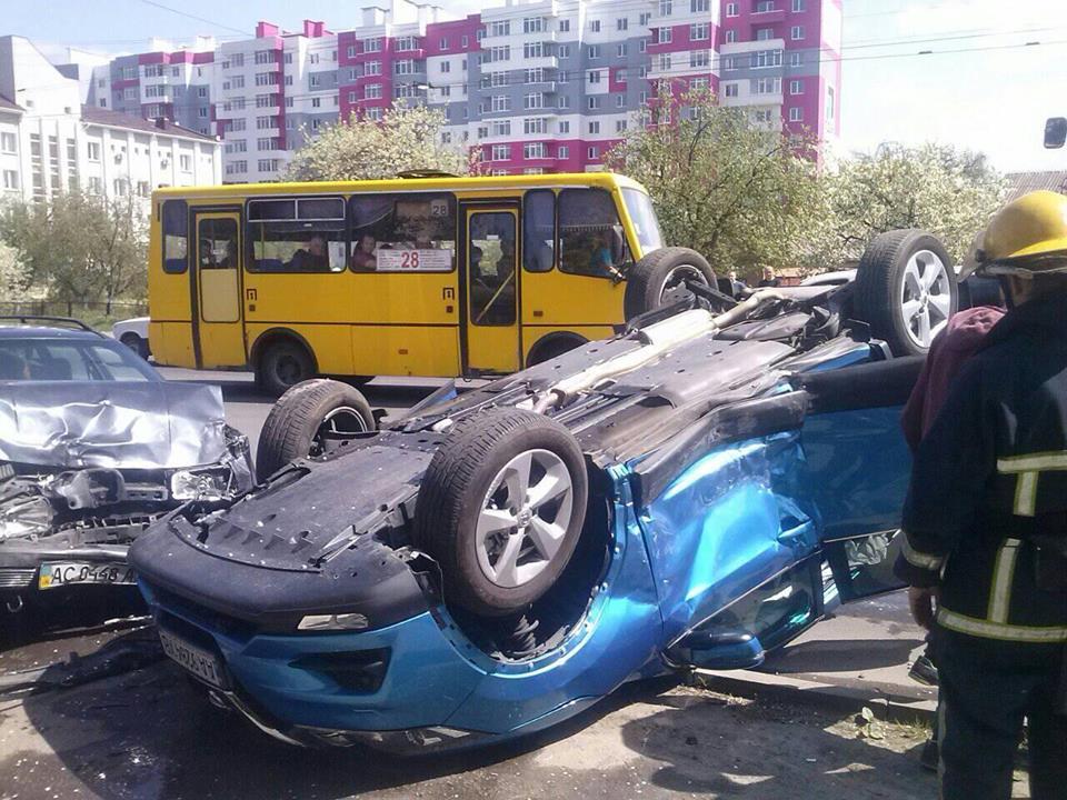 У Луцьку внаслідок автопригоди автомобіль перекинувся на дах. ФОТО