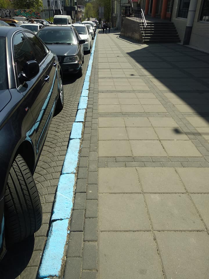 У мережі обурюються, що у Луцьку позначають парковку синім кольором