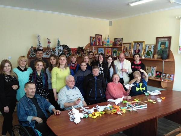 Студенти виготовили пасхальні подарунки для мешканців Луцького геріатричного пансіонату