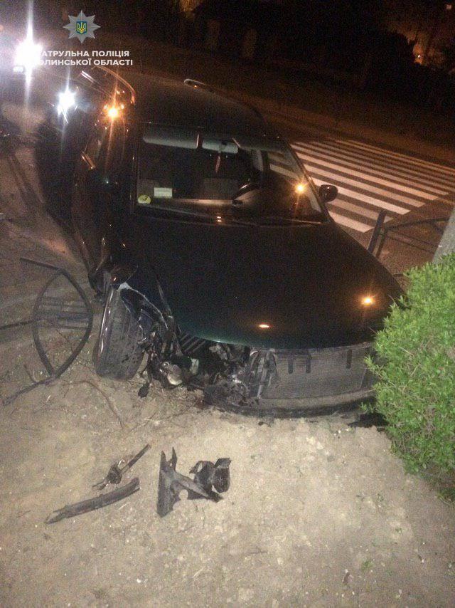 У Луцьку водій зіткнувся з металевою огорожею та електроопорою