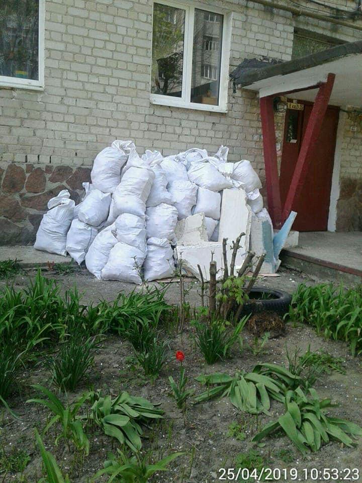 Під вікнами багатоповерхівки у Луцьку наскладали мішки з будівельним сміттям