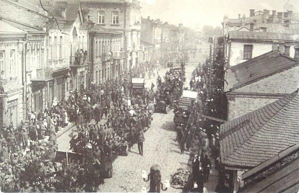 У мережі виклали світлини святкування Першого травня 1917 у Луцьку