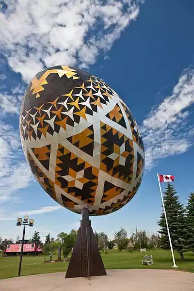 Найбільшу у світі писанку зробили у Канаді на честь королівської кінної поліції