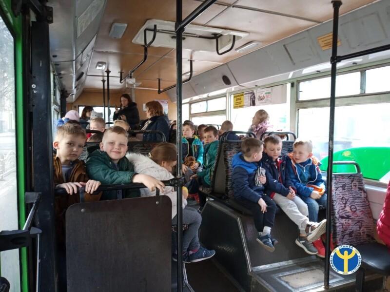 У Луцьку для дошкільнят провели економічну екскурсію на тролейбусі. ФОТО