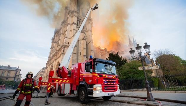 Пожежу в Нотр-Дам повністю загасили: є постраждалі