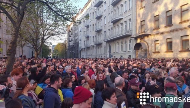 На Банковій зібралися понад тисяча людей, щоб подякувати Порошенку