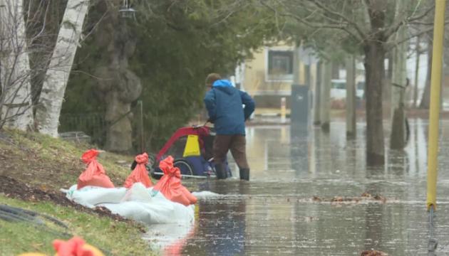 Паводок у Канаді: затоплені магістралі, вулиці й цвинтарі. ФОТО