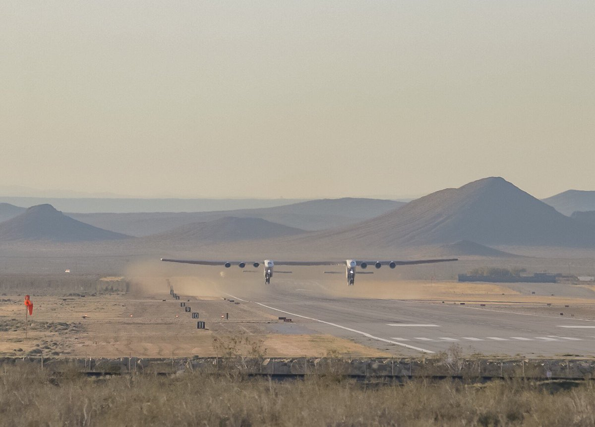 У США здійснив перший політ найбільший літак у світі