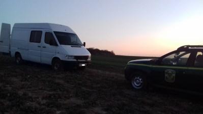 На Волині затримали мікроавтобус з краденою деревиною