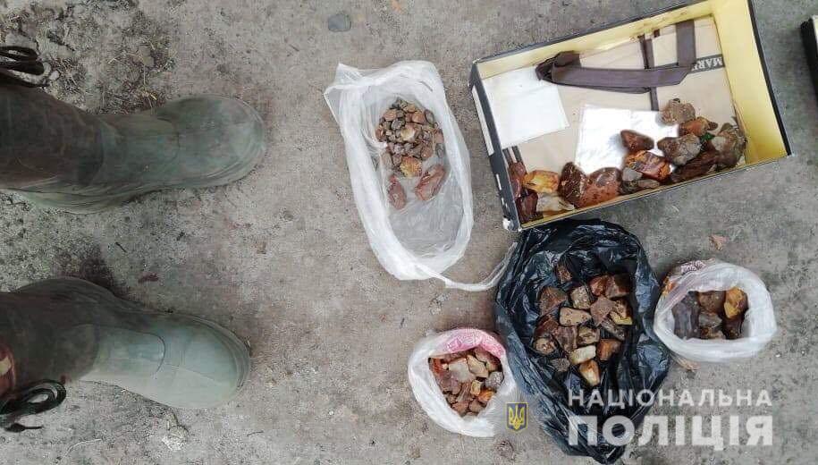 На Волині поліцейські затримали на місці злочину групу бурштинокопачів. ФОТО
