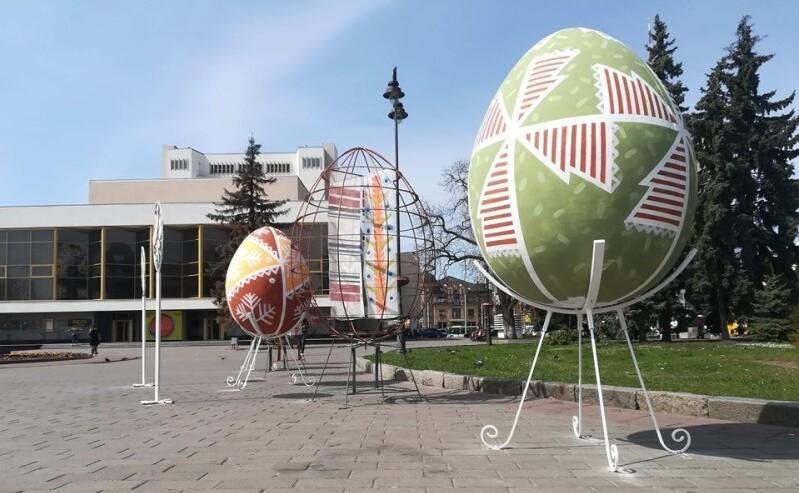 У Луцьку головну вулицю прикрасили великодніми арт-об'єктами. ФОТО
