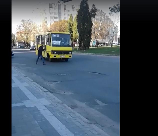 У Луцьку юнак кидався на маршрутку із кулаками посеред дороги. ВІДЕО
