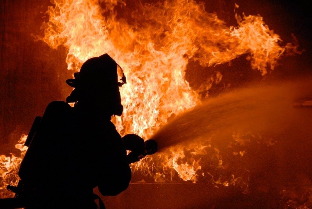 Поблизу Луцька через спалювання сухої трави горіла господарська будівля