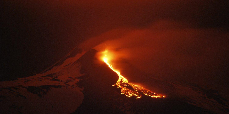 Видовищне виверження Етни освітило небо над Сицилією. ВІДЕО