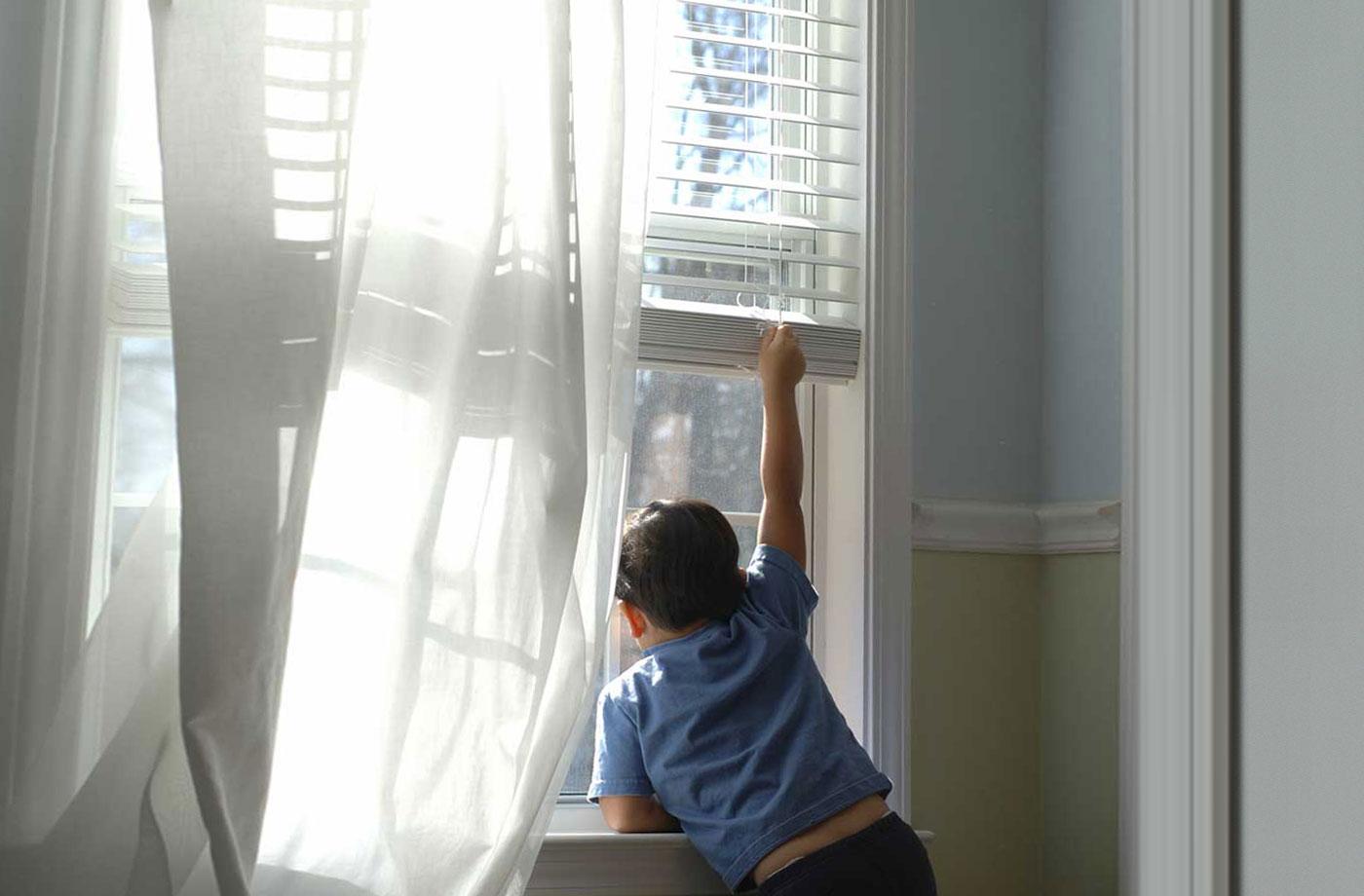 У місті на Волині з вікна багатоповерхівки випала дитина