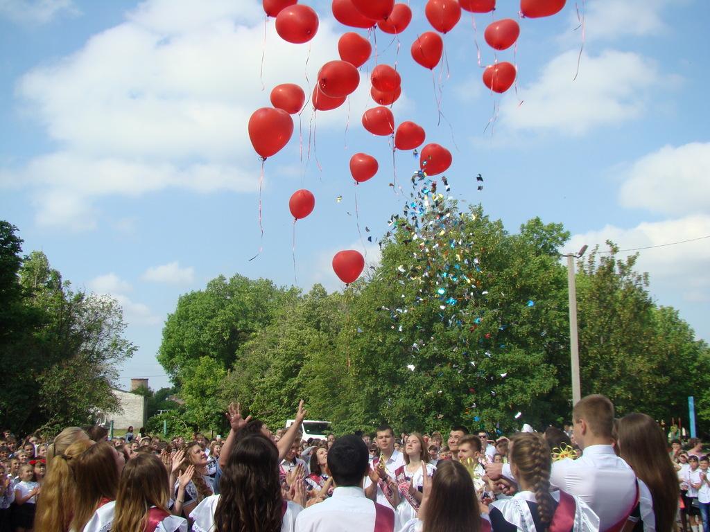 Вінницькі школярі закликають випускників замість «летючого непотребу» посадити дерево. ВІДЕО