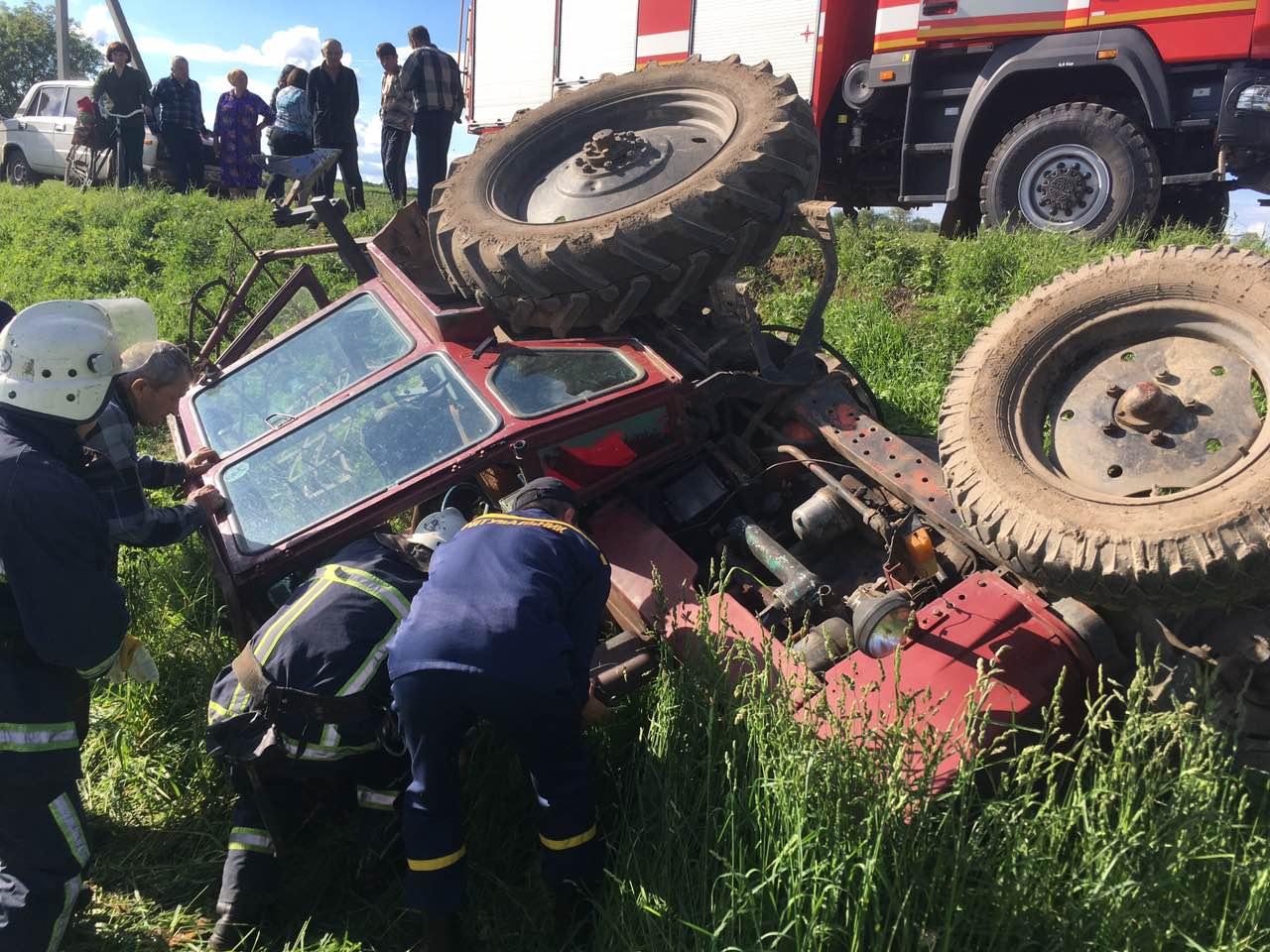 На Волині перекинувся трактор, водій у лікарні