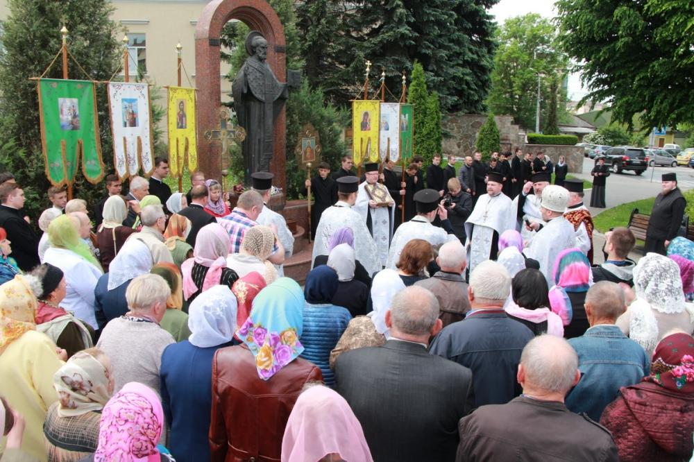 У Луцьку пройшла хресна хода до пам'ятника небесному покровителю міста. ФОТО
