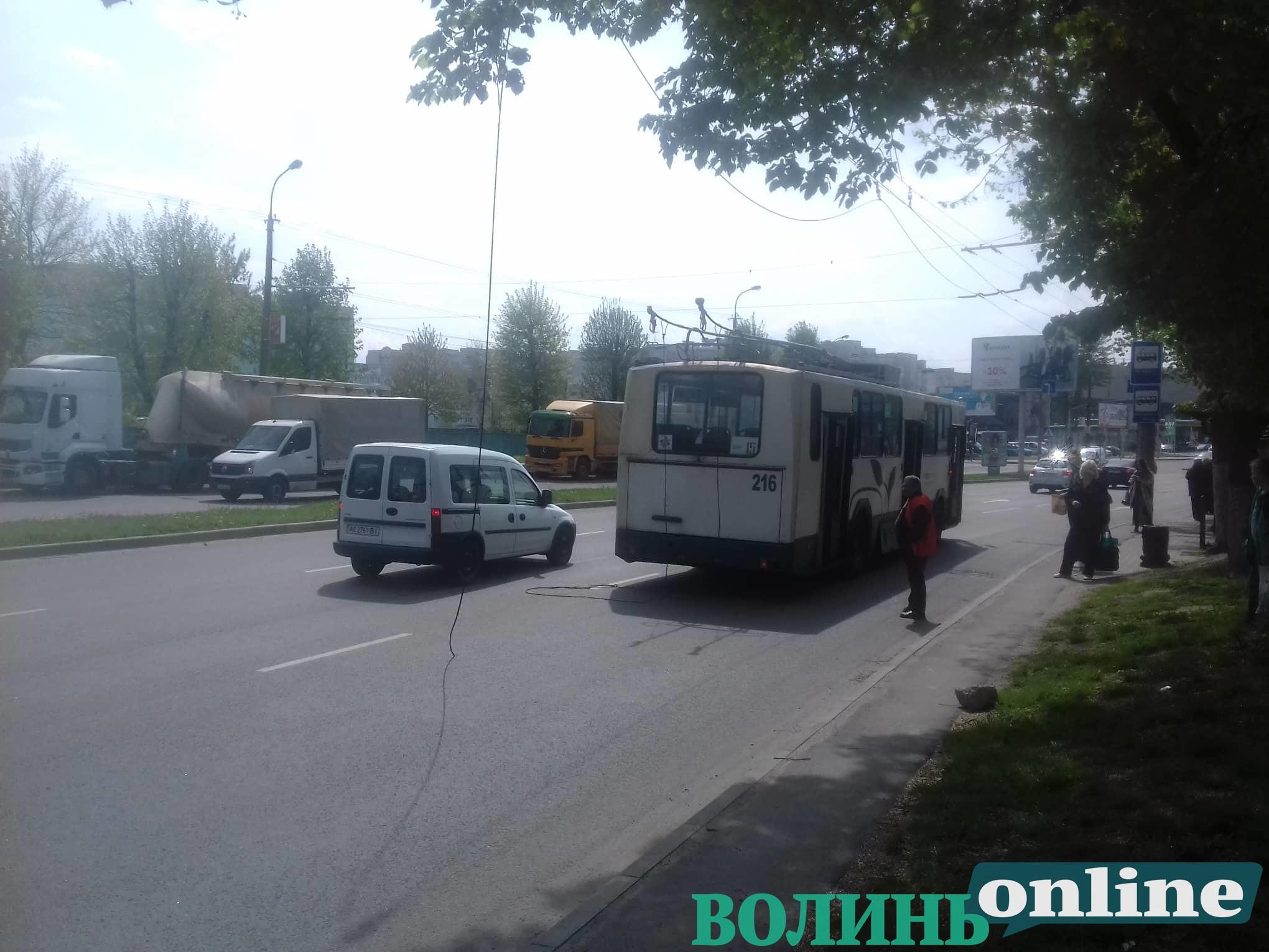 На проспекті у Луцьку через пошкодження мережі зупинився рух тролейбусів